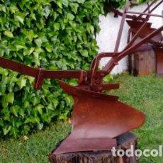 Antigüedades: ARADO DE TRACCIÓN ANIMAL ANTIGUO, TIPO VERTEDERA. DIM.- 180X80X67 CMS. . Lote 199428396