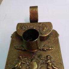 Antigüedades: PALMATORIA DE METAL EN RELIEVE Y CINCELADO SIGLO XIX. Lote 199482713