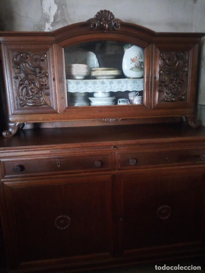 Antigüedades: Antiguo aparador de madera de roble,con tallas en las puertas,cristal y bandeja para cortar pan.xix - Foto 2 - 199520302