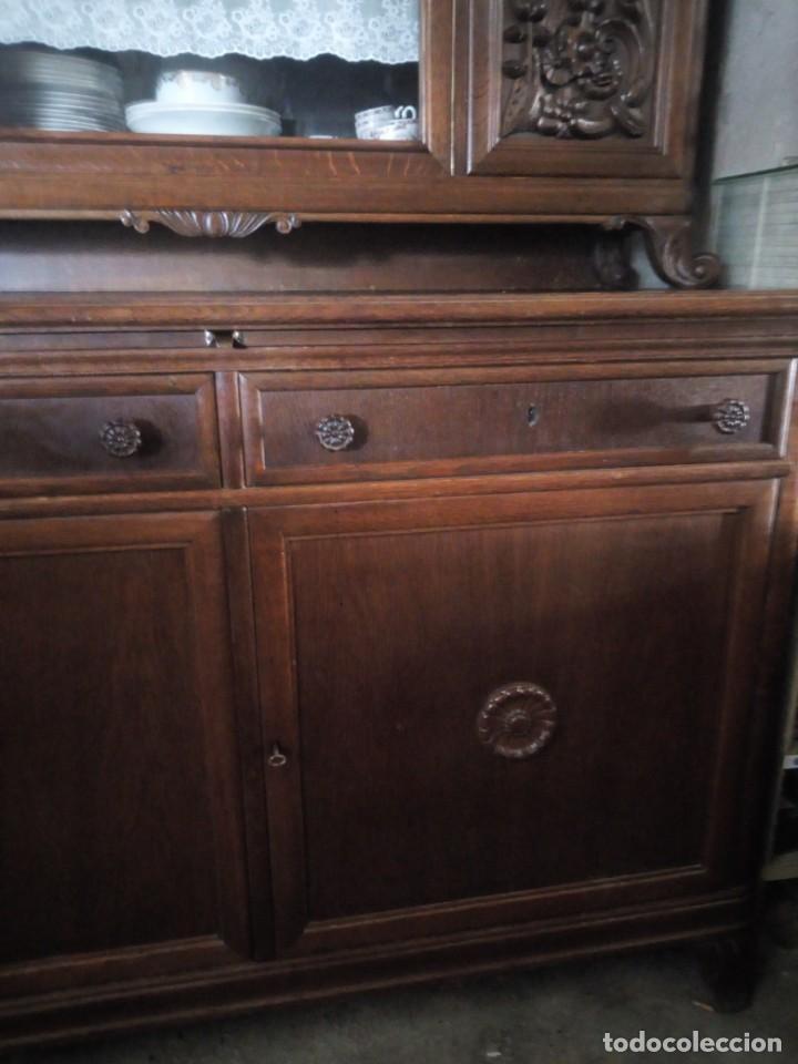 Antigüedades: Antiguo aparador de madera de roble,con tallas en las puertas,cristal y bandeja para cortar pan.xix - Foto 4 - 199520302