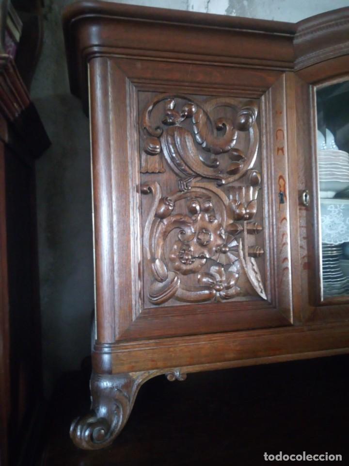 Antigüedades: Antiguo aparador de madera de roble,con tallas en las puertas,cristal y bandeja para cortar pan.xix - Foto 6 - 199520302