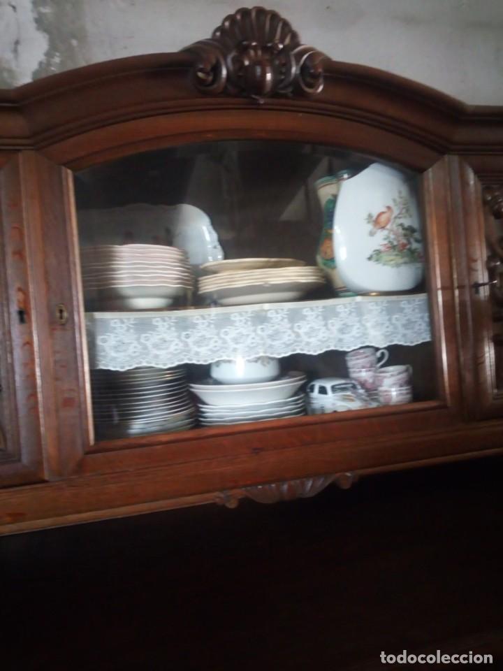 Antigüedades: Antiguo aparador de madera de roble,con tallas en las puertas,cristal y bandeja para cortar pan.xix - Foto 7 - 199520302