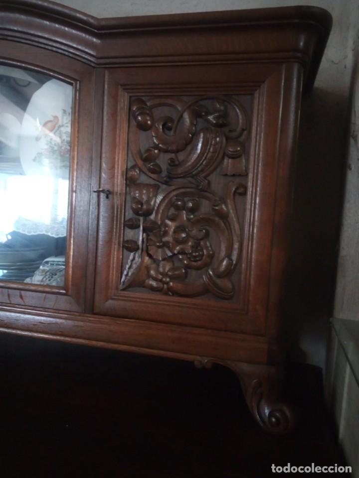 Antigüedades: Antiguo aparador de madera de roble,con tallas en las puertas,cristal y bandeja para cortar pan.xix - Foto 8 - 199520302