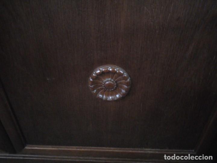 Antigüedades: Antiguo aparador de madera de roble,con tallas en las puertas,cristal y bandeja para cortar pan.xix - Foto 13 - 199520302