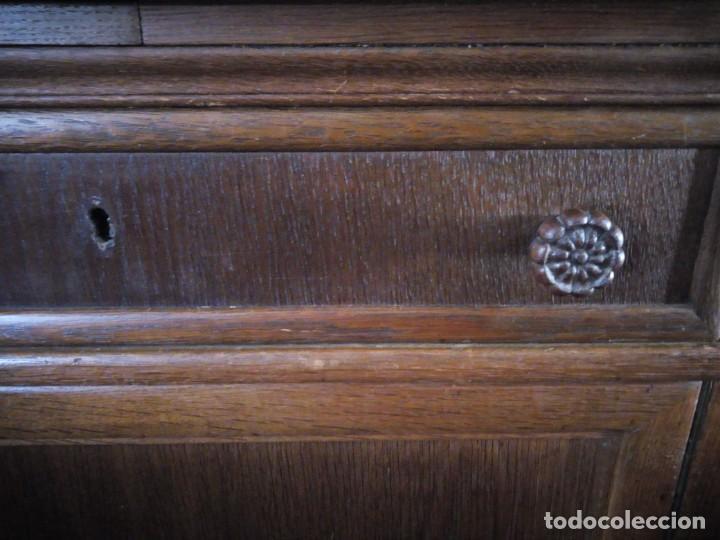 Antigüedades: Antiguo aparador de madera de roble,con tallas en las puertas,cristal y bandeja para cortar pan.xix - Foto 14 - 199520302