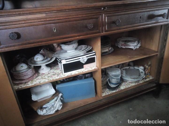 Antigüedades: Antiguo aparador de madera de roble,con tallas en las puertas,cristal y bandeja para cortar pan.xix - Foto 16 - 199520302