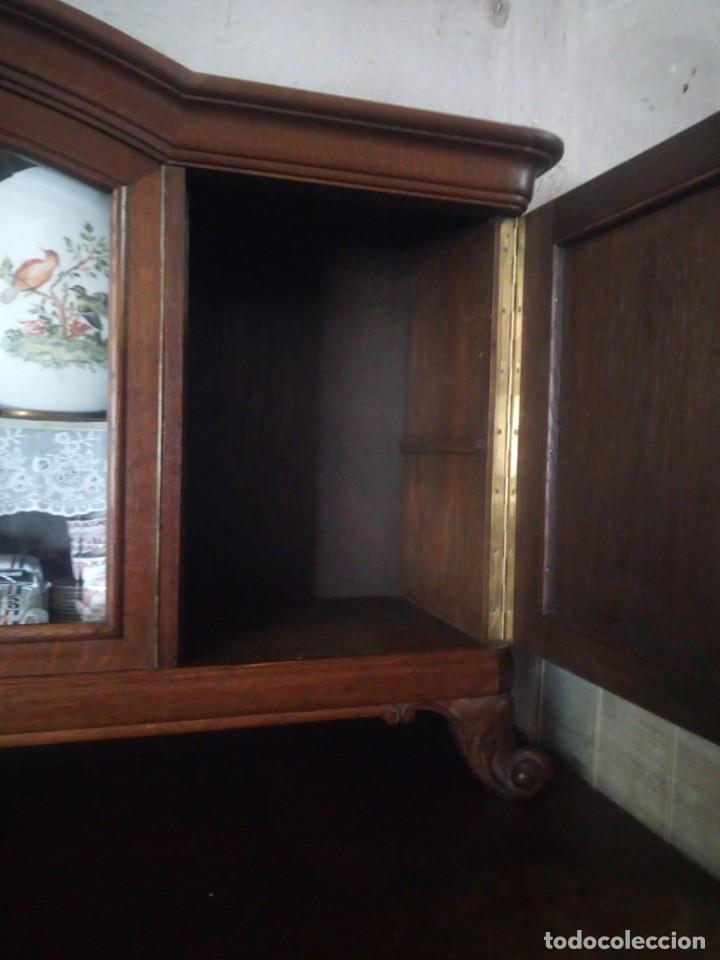 Antigüedades: Antiguo aparador de madera de roble,con tallas en las puertas,cristal y bandeja para cortar pan.xix - Foto 18 - 199520302