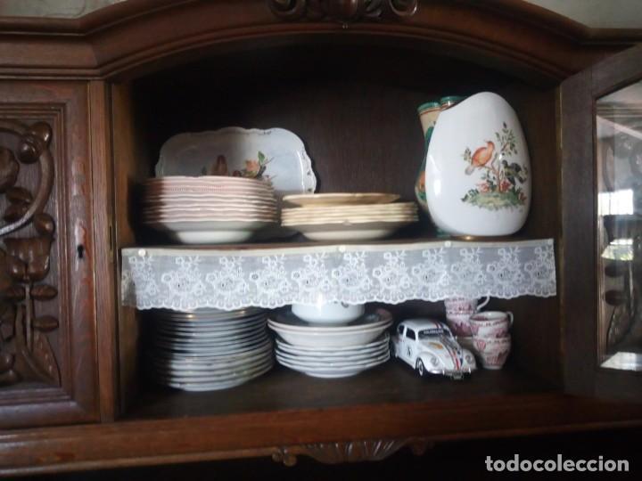 Antigüedades: Antiguo aparador de madera de roble,con tallas en las puertas,cristal y bandeja para cortar pan.xix - Foto 20 - 199520302