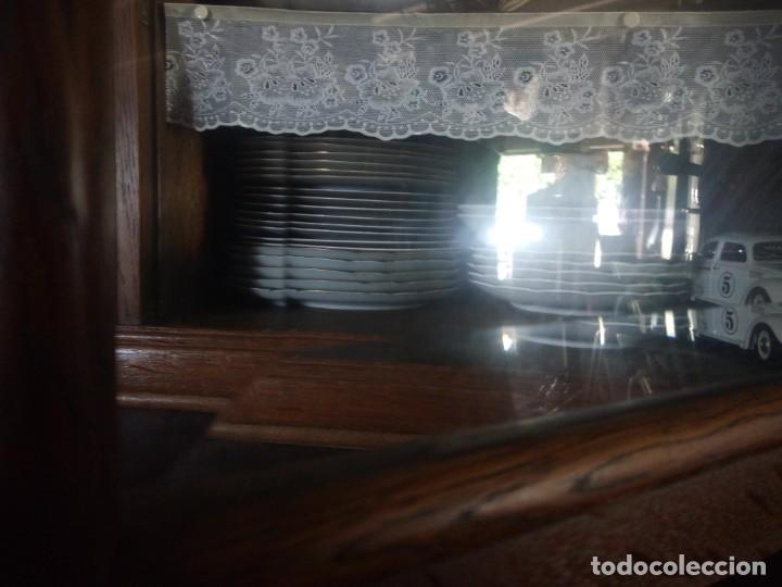 Antigüedades: Antiguo aparador de madera de roble,con tallas en las puertas,cristal y bandeja para cortar pan.xix - Foto 21 - 199520302