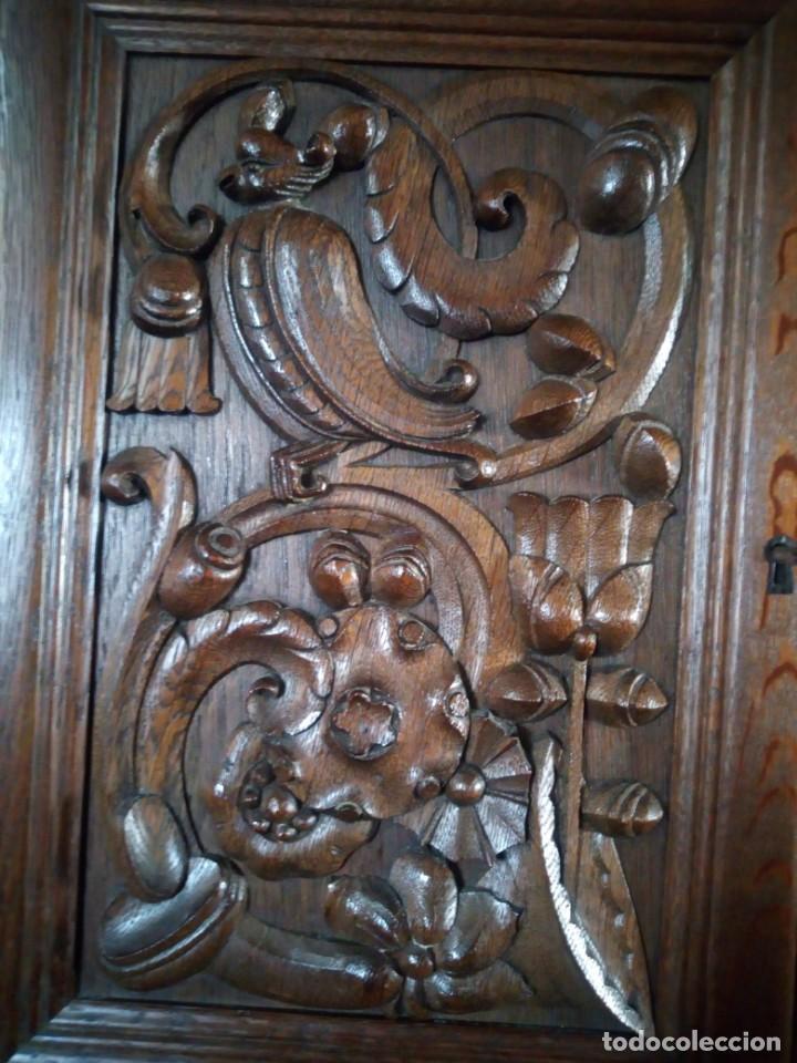 Antigüedades: Antiguo aparador de madera de roble,con tallas en las puertas,cristal y bandeja para cortar pan.xix - Foto 24 - 199520302