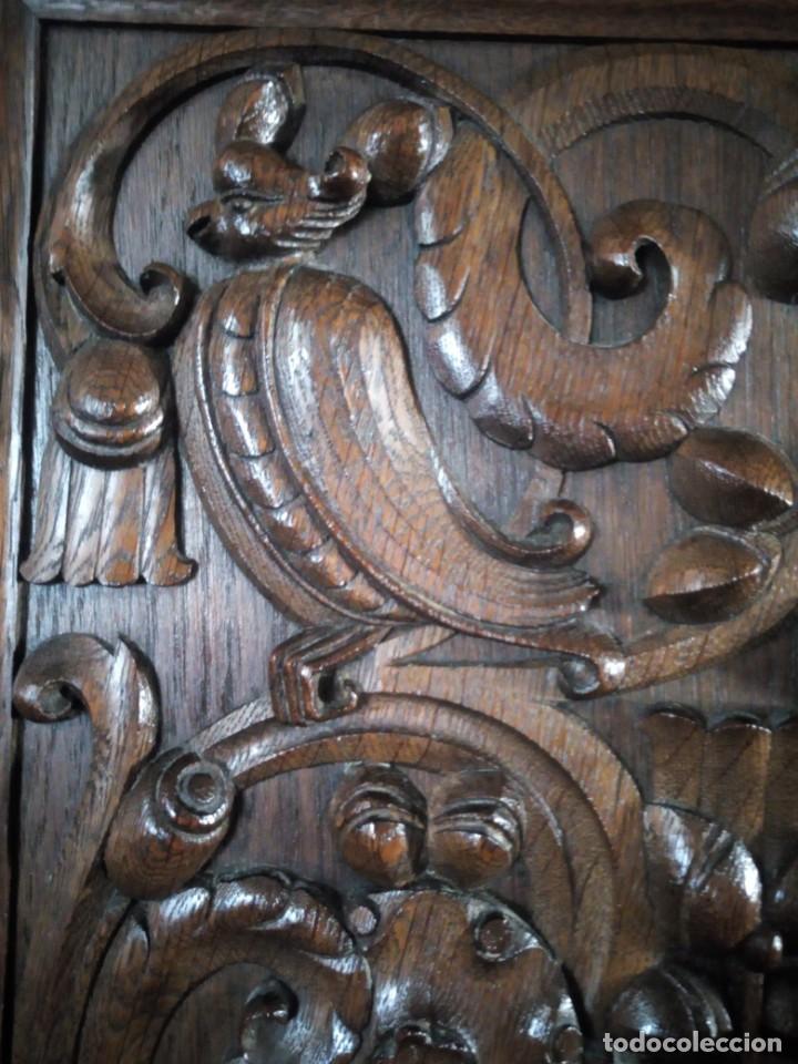 Antigüedades: Antiguo aparador de madera de roble,con tallas en las puertas,cristal y bandeja para cortar pan.xix - Foto 25 - 199520302
