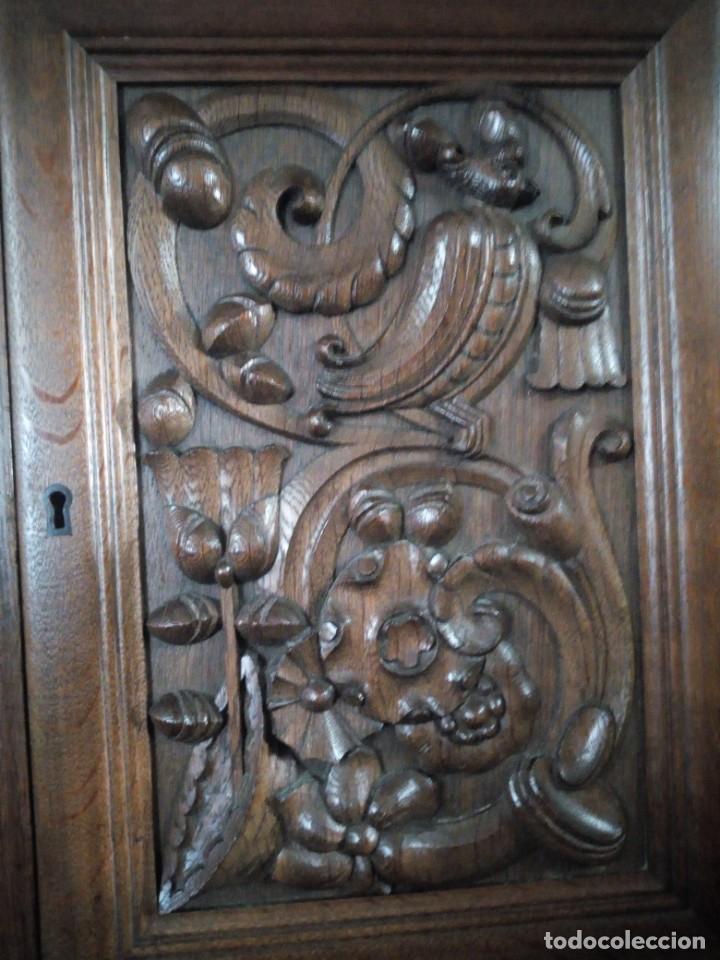 Antigüedades: Antiguo aparador de madera de roble,con tallas en las puertas,cristal y bandeja para cortar pan.xix - Foto 27 - 199520302