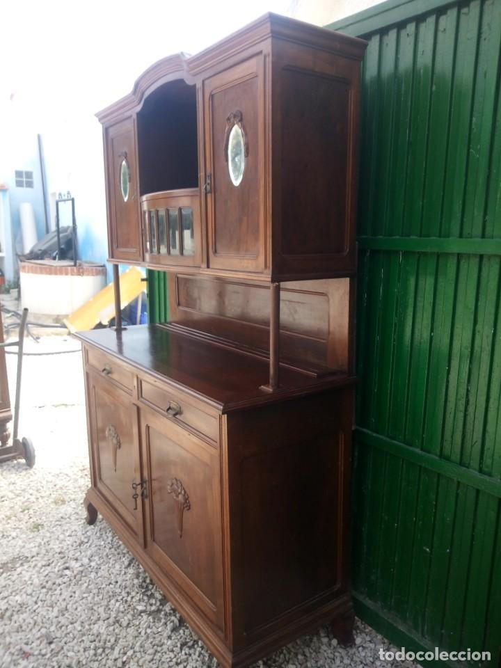 Antigüedades: Antiguo aparador de madera de roble,con espejos en las puertas y bandeja para cortar pan. siglo xix - Foto 2 - 199520533