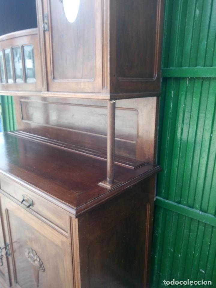 Antigüedades: Antiguo aparador de madera de roble,con espejos en las puertas y bandeja para cortar pan. siglo xix - Foto 3 - 199520533