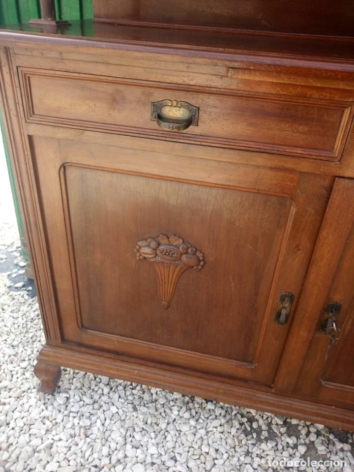 Antigüedades: Antiguo aparador de madera de roble,con espejos en las puertas y bandeja para cortar pan. siglo xix - Foto 6 - 199520533