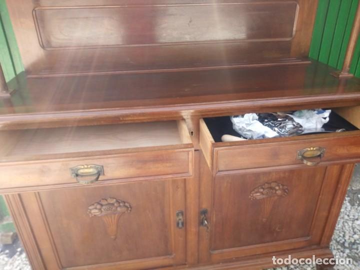 Antigüedades: Antiguo aparador de madera de roble,con espejos en las puertas y bandeja para cortar pan. siglo xix - Foto 10 - 199520533