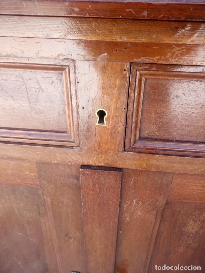 Antigüedades: Antiguo aparador de madera de roble,con espejos en las puertas y bandeja para cortar pan. siglo xix - Foto 17 - 199520533