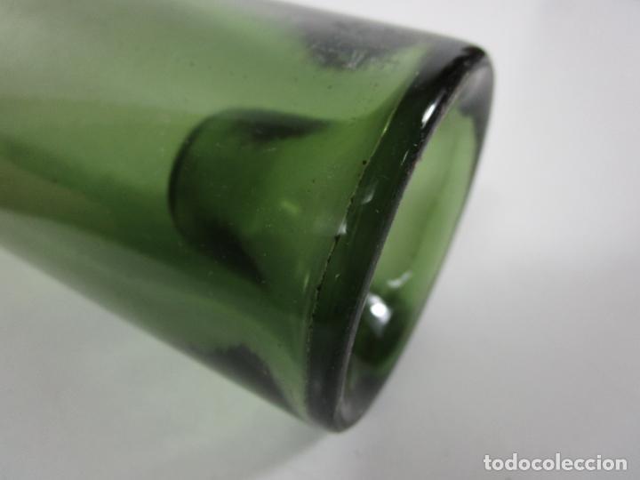 Antigüedades: Curiosa Botella Cristal Soplado Catalán - Vidrio Color Verde - Sello Grabado - S. XVIII-XIX - Foto 8 - 199577278