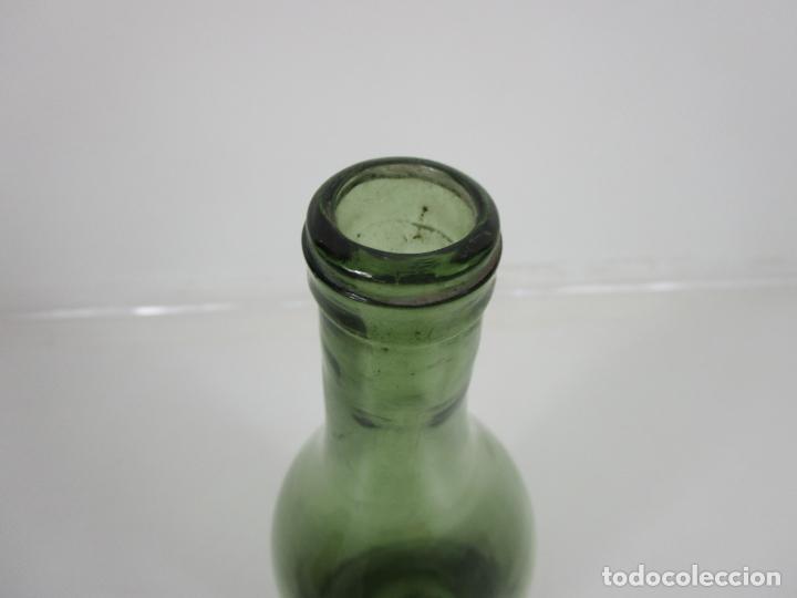 Antigüedades: Curiosa Botella Cristal Soplado Catalán - Vidrio Color Verde - Sello Grabado - S. XVIII-XIX - Foto 13 - 199577278