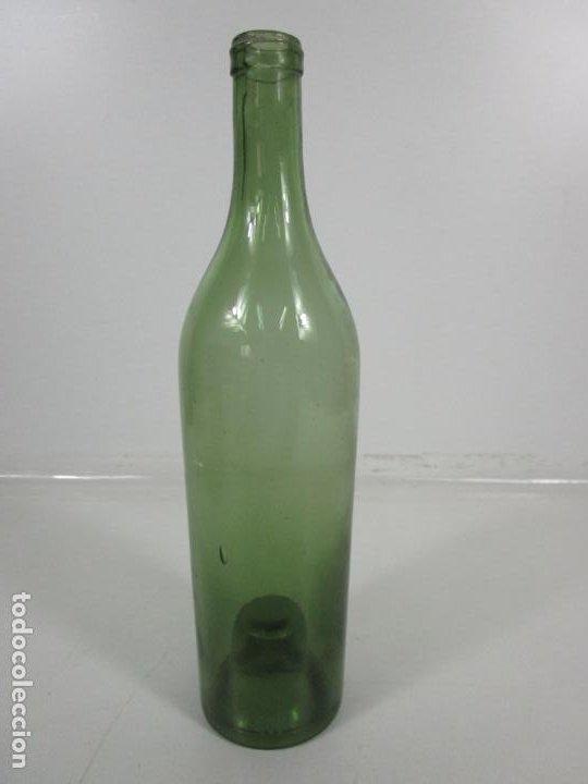 Antigüedades: Curiosa Botella Cristal Soplado Catalán - Vidrio Color Verde - Sello Grabado - S. XVIII-XIX - Foto 15 - 199577278