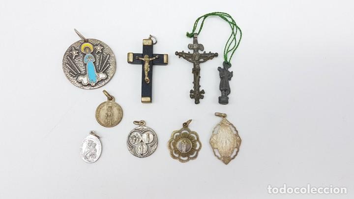 LOTE ARTÍCULOS RELIGIOSOS MEDALLAS Y CRUCES (Antigüedades - Religiosas - Varios)