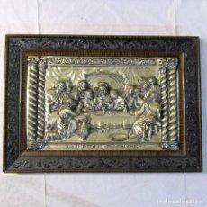 Antigüedades: CUADRO LA ÚLTIMA CENA DE JESÚS EN LATÓN BAÑADO Y MARCO DE MADERA, 65 X 45 CM. Lote 199770752