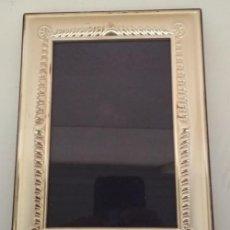 Antigüedades: MARCO ANTIGUO DE METAL PLATEADO Y MADERA PARA FOTOGRAFIAS, 20 X 15 CM. Lote 199783098