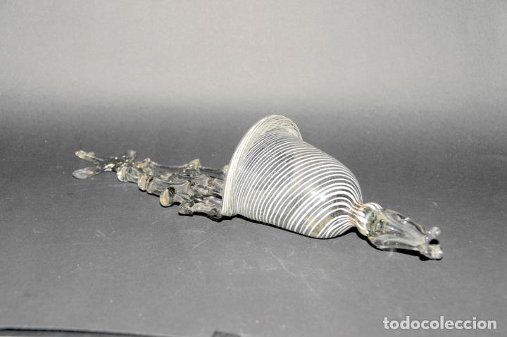 Antigüedades: ANTIGUA BENDITERA DE VIDRIO CATALAN CON LATICINIO, SIGLO XVIII - Foto 2 - 199845822