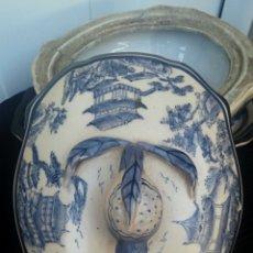 Antigüedades: ANTIGUA SOPERA - SALSERA CHINA BICOLOR - CON BANDEJA INFERIOR - DECORADA CON MOTIVOS COSTUMBRISTAS. Lote 199901955