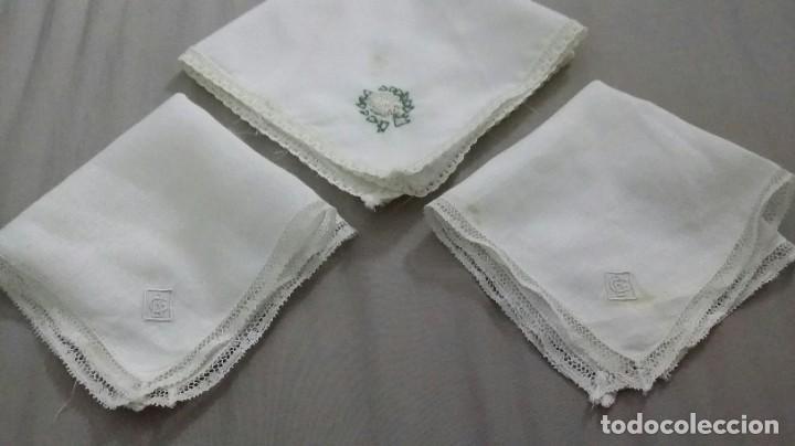 LOTE DE 3 PAÑUELOS BORDADOS A MANO, ANTIGUOS (Antigüedades - Moda - Pañuelos Antiguos)