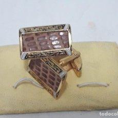 Antigüedades: BELLOS ANTIGUOS GEMELOS ORO DAMASQUINADOS TOLEDO. Lote 199918672