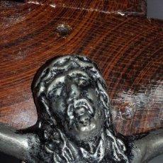 Antigüedades: CRUCIFIJO CON CRISTO CRUCIFICADO EN CRUZ DE MADERA ANTIGUO. Lote 199936866