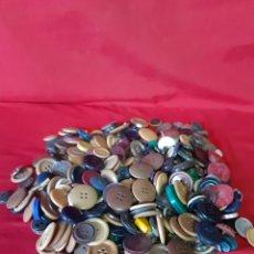 Antigüedades: 760 GRAMOS DE BOTONES VARIOS TAMAÑOS Y COLORES. Lote 199968783