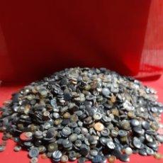 Antiguidades: 3,50 KG DE BOTONES DE VARIOS TAMAÑOS Y COLORES. Lote 199973723