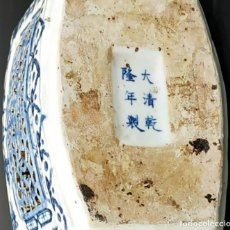 Antigüedades: TETERA EN PORCELANA CHINA BLANCO Y AZUL CON SELLO . Lote 199995587