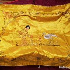 Antigüedades: IMPORTANTE COLCHA FILIPINA DE SEDA BORDADA CON GRECA DE HILO DE ORO. S. XIX.. Lote 200026422