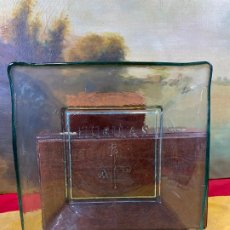 Antigüedades: BONITO PLATO DE VIDRIO CUADRADO - HUELLAS - 25 X 25 CM Y PESA 1.8 KG. Lote 200127755