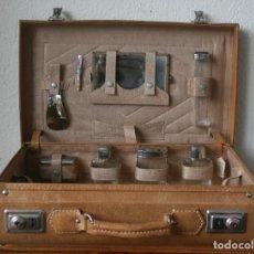 Antigüedades: ANTIGUO MALETIN NECESER ESTUCHE ASEO DE VIAJE DE CABALLERO CON VARIOS UTENSILIOS – DE PIEL – AÑOS 60. Lote 200141027