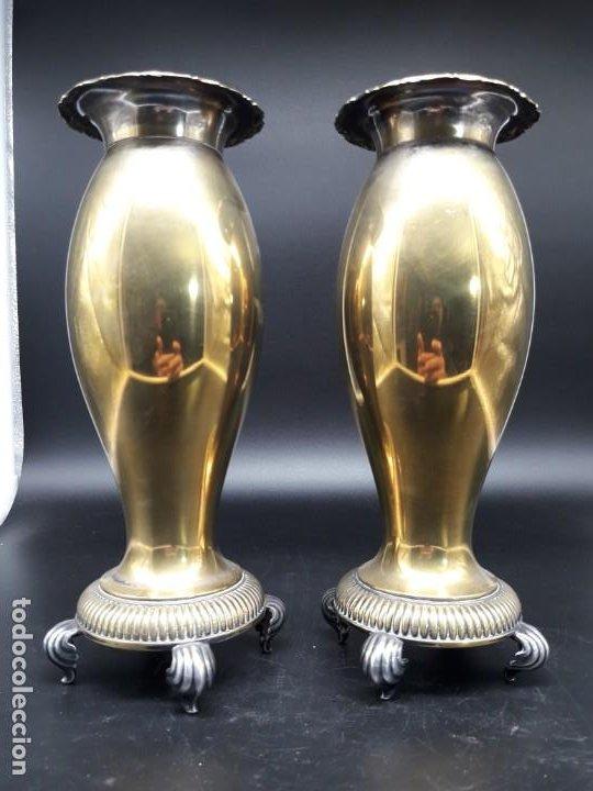 PAREJA FLOREROS METAL (Antigüedades - Hogar y Decoración - Floreros Antiguos)