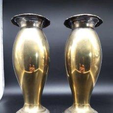 Antigüedades: PAREJA FLOREROS METAL. Lote 200149383