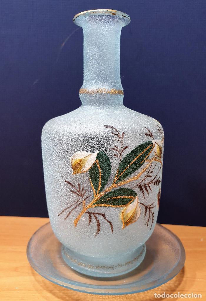 Antigüedades: Botella de noche de cristal esmaltado con platito. La Industria, fábrica de vidrios de Gijón. - Foto 2 - 200150208
