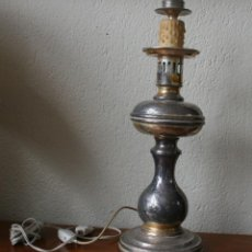 Antigüedades: PRECIOSO PIE DE LAMPARA DE SOBREMESA DE METAL PARTE SUPERIOR VELA - CON INSTALACION ELECTRICA . Lote 200162878