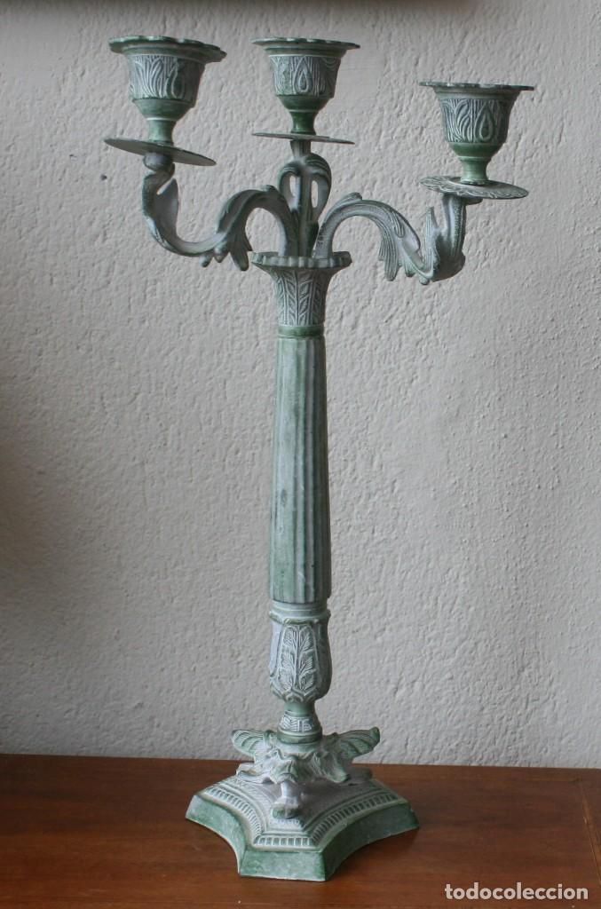 ENORME CANDELABRO PORTAVELAS DE BRONCE MACIZO RELIEBES PATINA COLOR VERDE - ALTURA 47 CM PESO 2330 G (Antigüedades - Iluminación - Candelabros Antiguos)