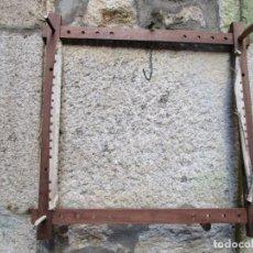 Antigüedades: ANTIGUO BASTIDOR CUADRADO EN MADERA SAPELLI, REGULABLE. APERTURA MAXIMA 54X57CM, 850GR + INFO. Lote 200173023
