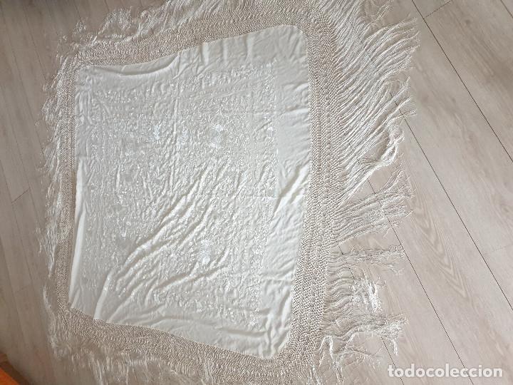 ANTIGUO MANTON DE MANILA BORDADO A MANO EN CRESPON DE SEDA FLECO ANUDADO A MANO (Antigüedades - Moda - Mantones Antiguos)