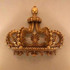 Antigüedades: CABEZAL DE CAMA CORONA TALLA DE MADERA POLICROMADO. Lote 200299200