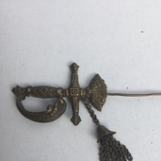 Antiquités: ANTIGUA AGUJA DE SOMBRERO FORMA DE ESPADA LATON. Lote 200313340