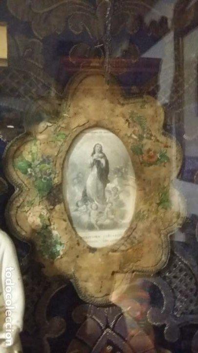 Antigüedades: Antigua y hermosa vitrina capilla hornacina con imágenes y tapiz - Foto 6 - 197210958