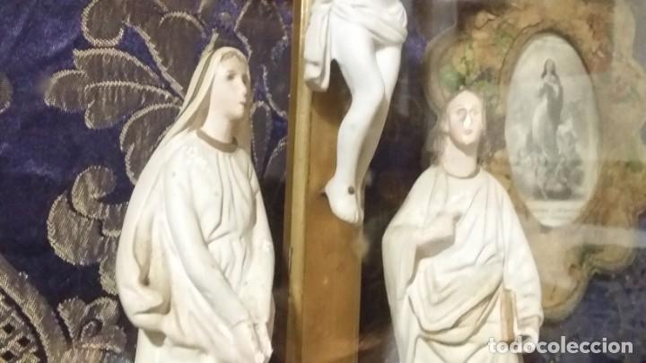 Antigüedades: Antigua y hermosa vitrina capilla hornacina con imágenes y tapiz - Foto 9 - 197210958