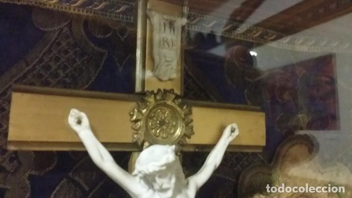 Antigüedades: Antigua y hermosa vitrina capilla hornacina con imágenes y tapiz - Foto 10 - 197210958